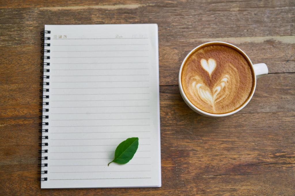 ノートとカフェラテ